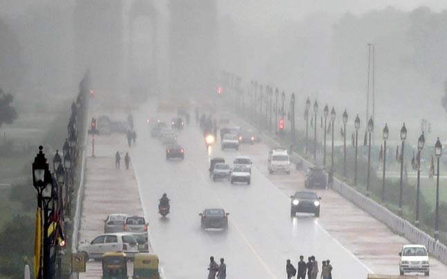 ఢిల్లీలో రాత్రి నుంచి వర్షం...తీవ్ర ఇబ్బందులు పడుతున్న విద్యార్థులు, ఉద్యోగులు