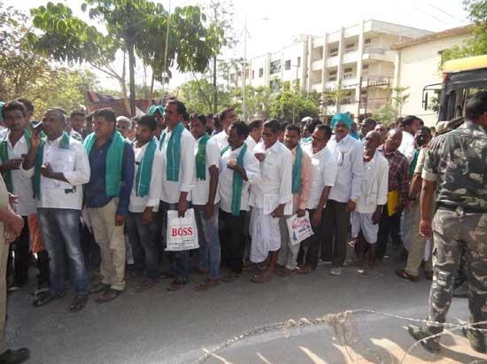 ఇందూరులో ఎన్నికల సిత్రం...నామినేషన్లు వేస్తున్న రైతులు!!