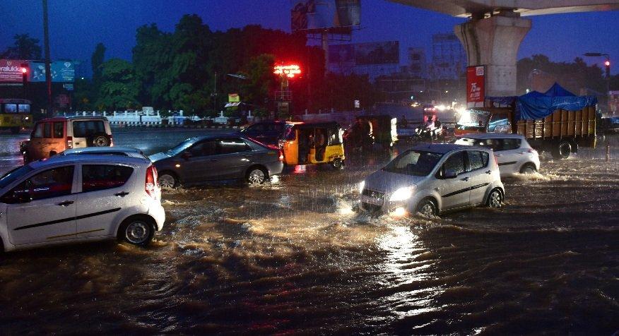 హైదరాబాద్ లో ఉరుములు మెరుపులతో భారీ వర్షం