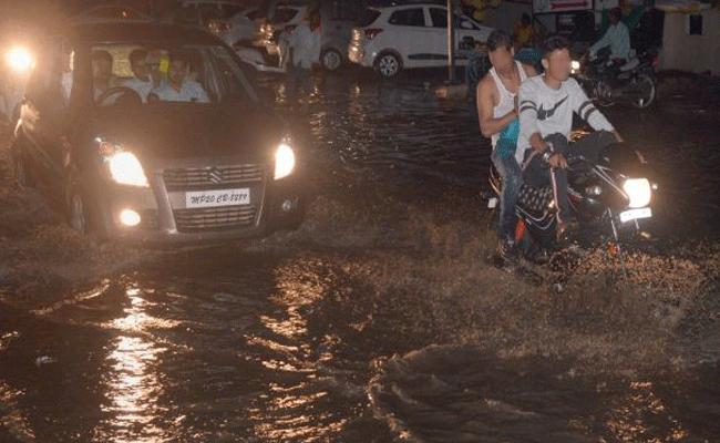 హైదరాబాద్లో అర్థరాత్రి భారీ వర్షం