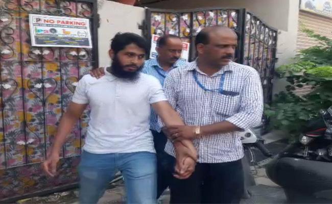 ఉగ్ర కలకలం...హైదరాబాద్లో ముగ్గురు ఐసిస్ సానుభూతి పరుల అరెస్ట్
