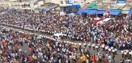 అంబులెన్స్కు దారి ఇచ్చిన లక్షలాది మంది భక్తులు.. వీడియో