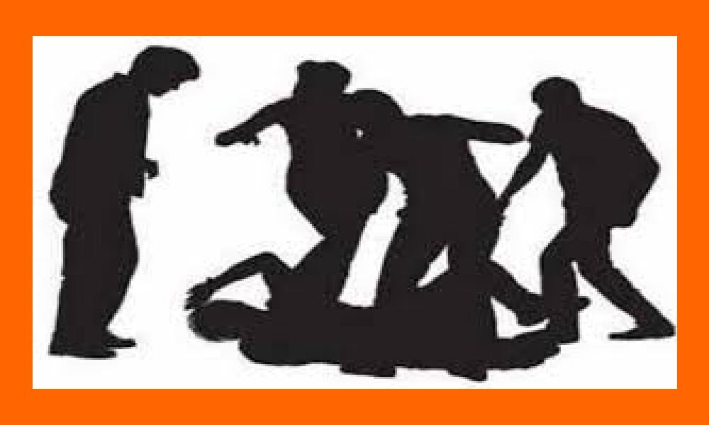 మహిళను ట్రాక్టర్కు కట్టి కొట్టిన గ్రామస్తులు