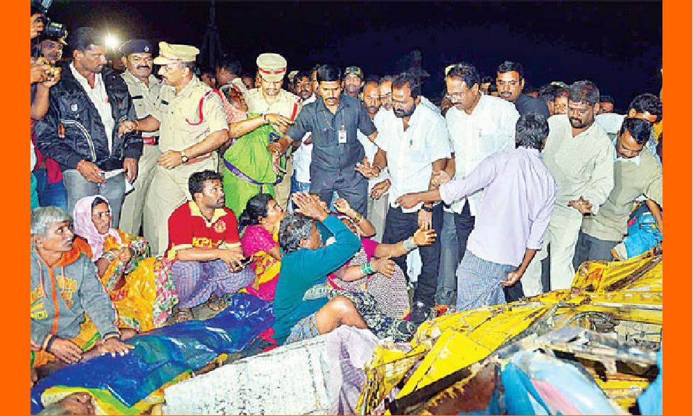 మహబూబ్నగర్ జిల్లాలో ఘోర రోడ్డు ప్రమాదం:13 మంది మృతి