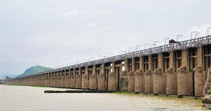ప్రకాశం బ్యారేజీ వద్ద రెండో ప్రమాద హెచ్చరిక